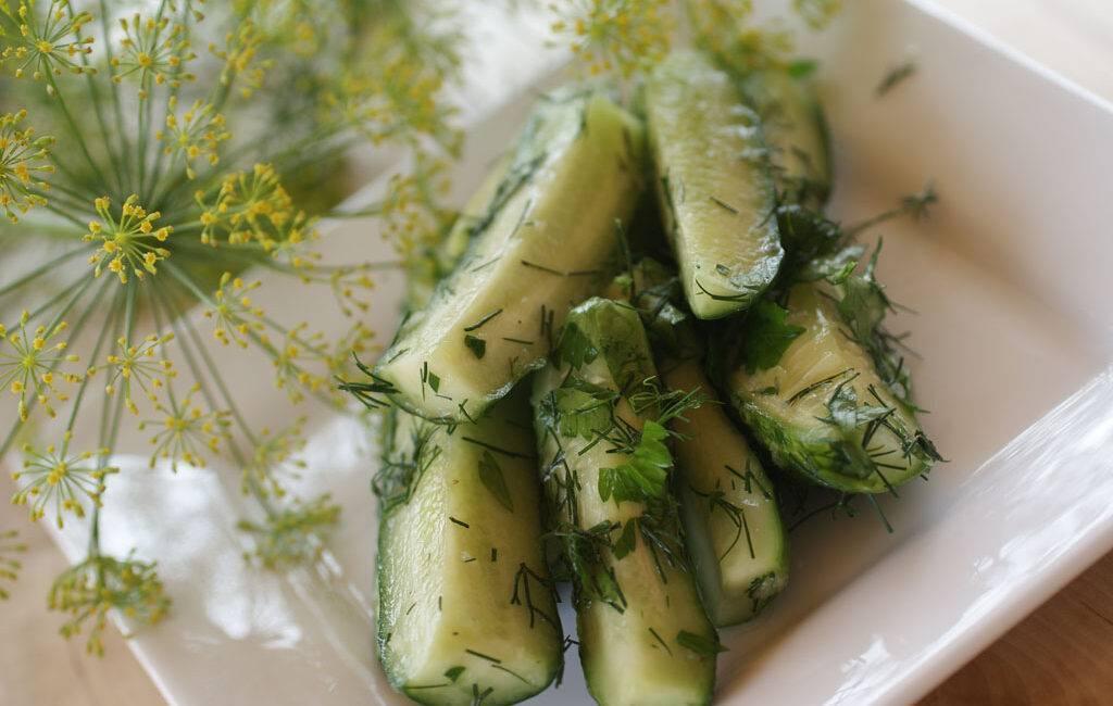 Салат из огурцов на зиму с чесноком укропом зеленью рецепт с фото пошагово - 1000.menu