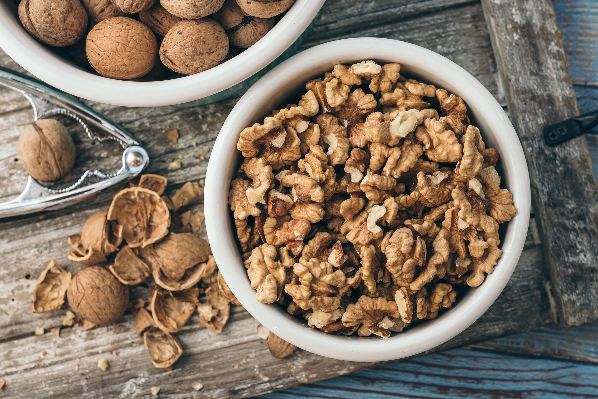 Как расколоть грецкий орех в домашних условиях и не повредить ядро