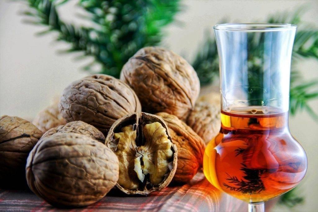 Настойка на перегородках грецкого ореха на самогоне: польза и вред