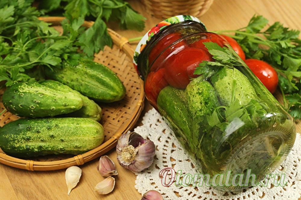 Маринованные огурцы и помидоры «ассорти» с овощами: простые рецепты на зиму