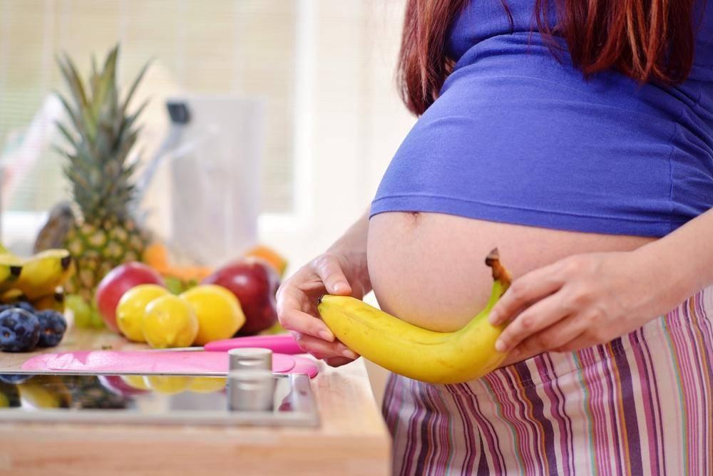Миндаль при беременности: можно ли есть орехи женщинам на ранних сроках, в 3 триместре, сколько в день, какова польза, в чем вред жареных, полезны ли в скорлупе?