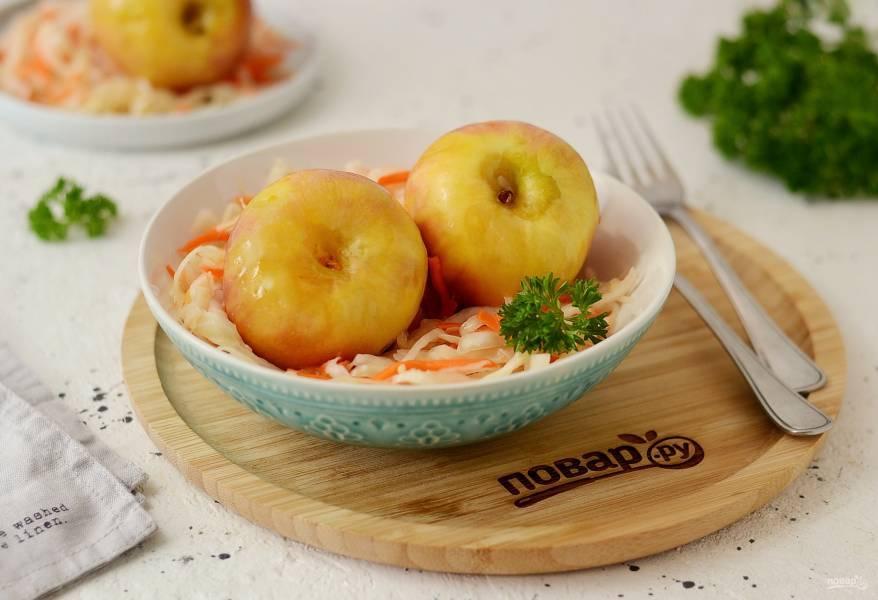 Малосольные огурцы с яблоками, хреном, чесноком, укропом, душистым перцем, вишневыми и смородинными листочками «горячий способ». необычные рецепты заготовок