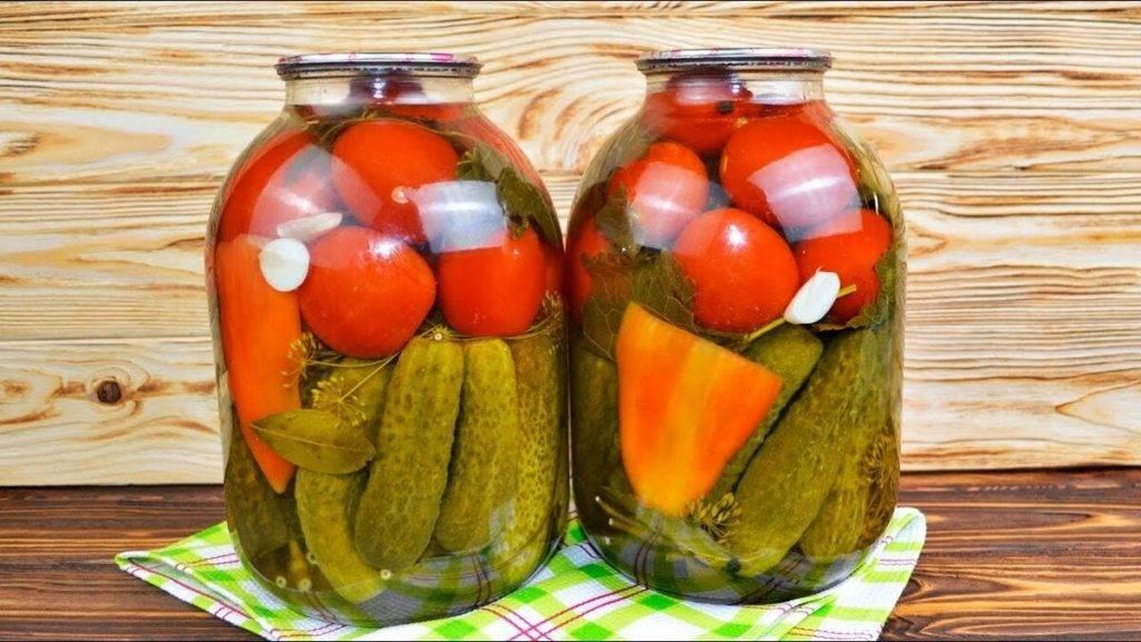 Маринованные огурцы с помидорами на зиму: 5 рецептов ассорти