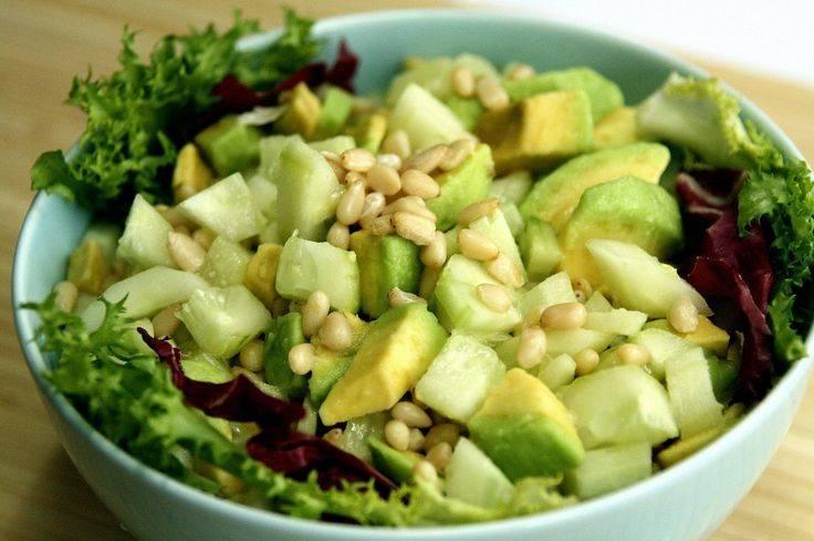 Салат из авокадо с кедровыми орехами