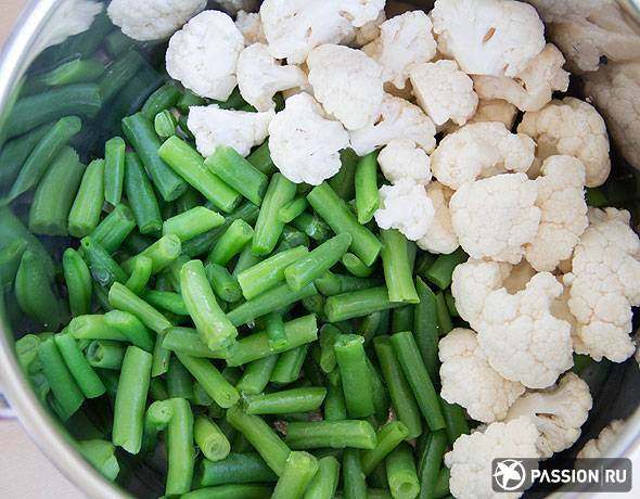 Ассорти из цветной капусты, зеленой фасоли и горошка