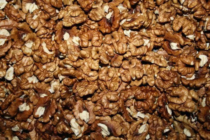 Почему на грецких орехах появляются черные точки и пятна? как решить проблему и можно ли есть такие плоды?