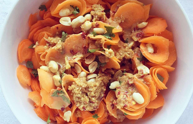 Салат с арахисом: рецепты с соленым и жареным арахисом