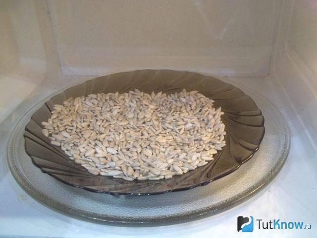 Любителям жареных семечек посвящается: способы приготовления зернышек в микроволновке