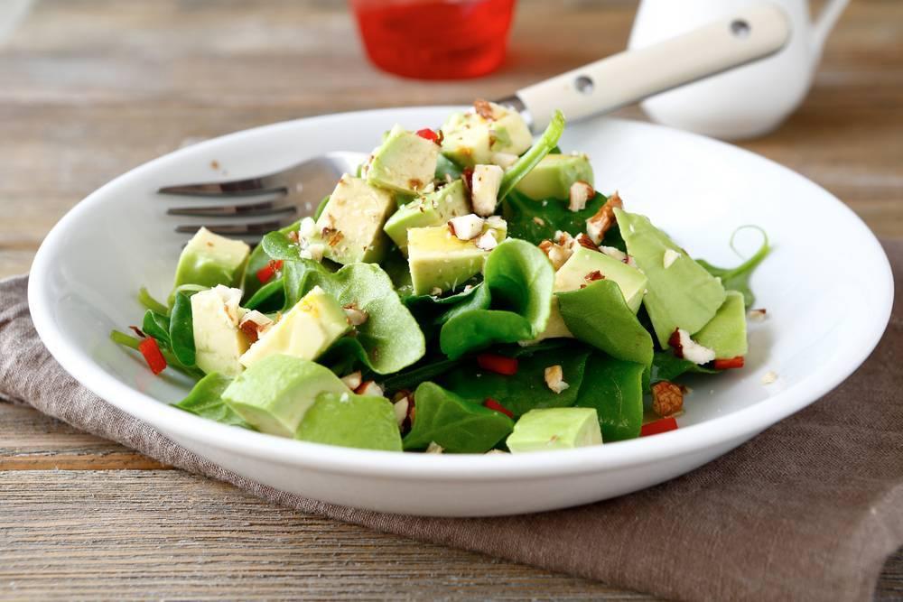 Салат с кедровыми орешками — легкий и вкусный