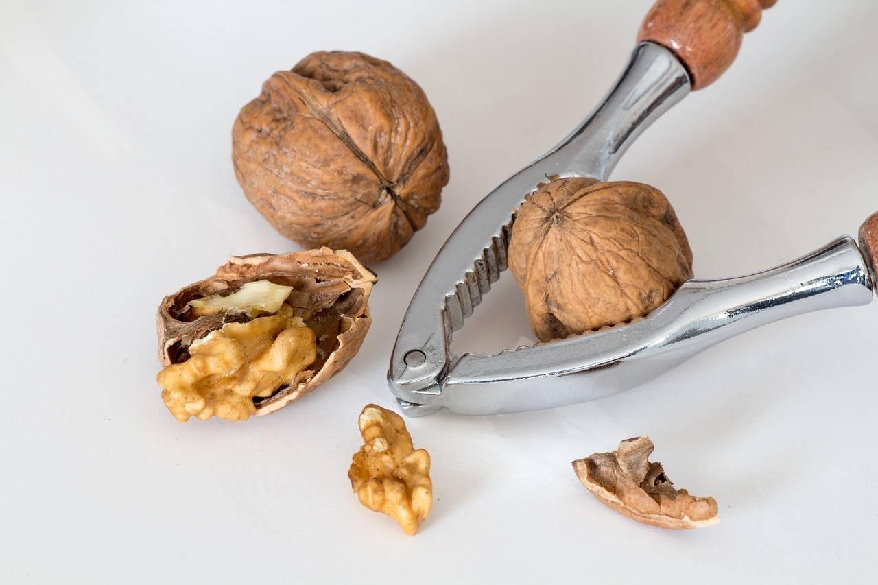 Как можно быстро очистить грецкие орехи?