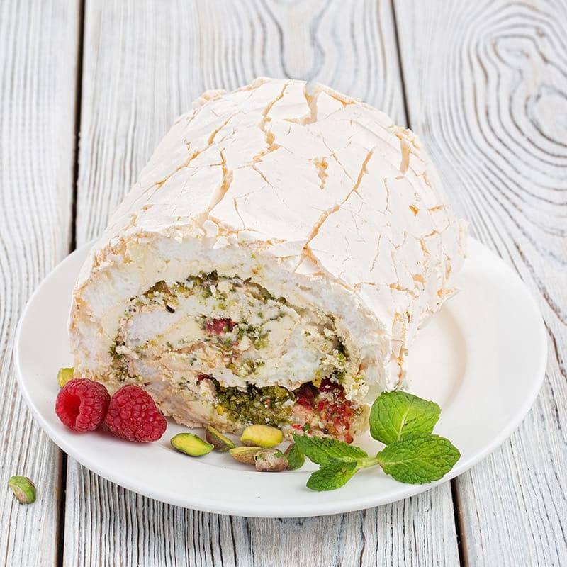 Меренговый рулет с кремом из маскарпоне и свежими ягодами