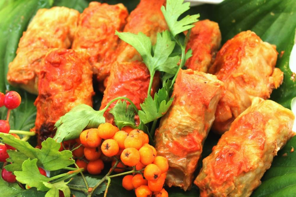 Голубцы овощные в кастрюле с рисом, морковью и томатом