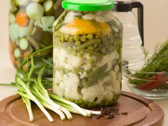 Ассорти из цветной капусты, зеленой фасоли и горошка. консервирование для лентяек