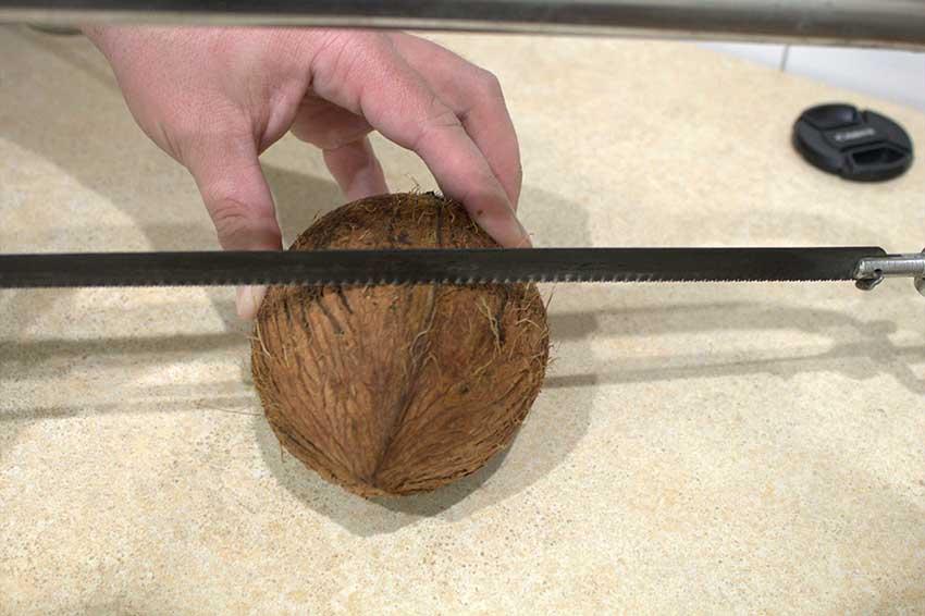 Как вскрыть, разрезать, разделать кокос дома