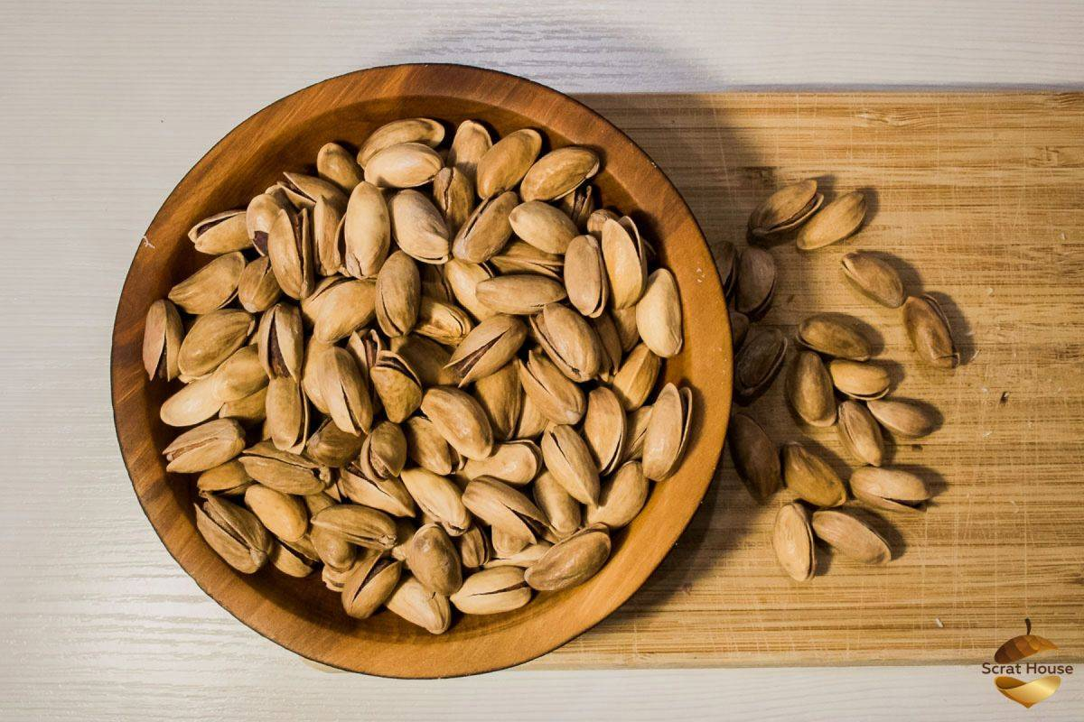 Как открыть фисташку с трещиной и без в домашних условиях: почему орехи бывают иногда нераскрывшимися, как расколоть их и очистить от скорлупы и шелухи?