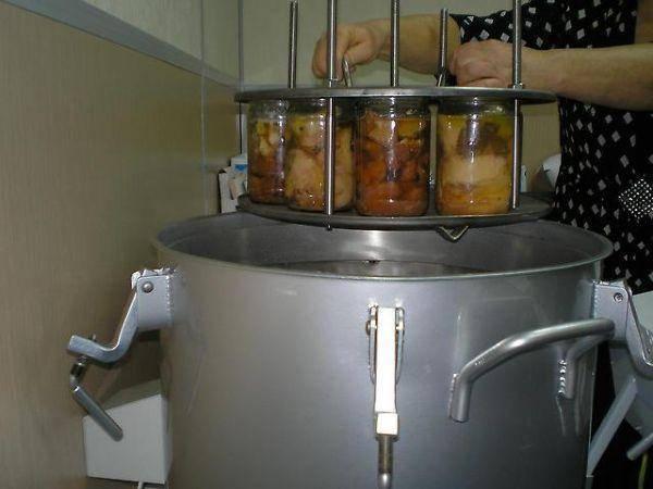 Как стерилизовать банки с заготовками в кастрюле с водой: инструкция, советы