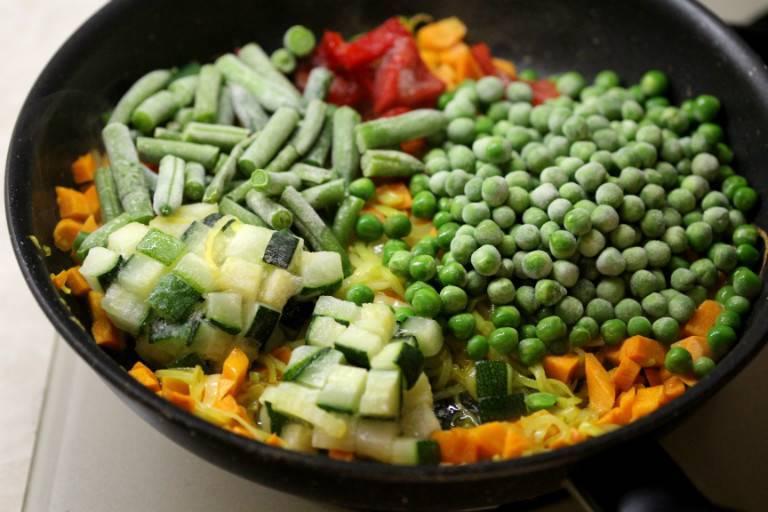 Цветная капуста, зеленая стручковая фасоль и зеленый горошек маринованные. большая энциклопедия консервирования