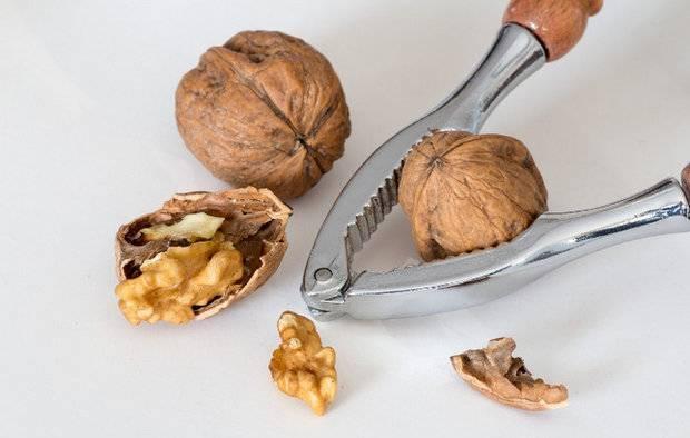 Как чистить грецкие орехи от шелухи и скорлупы в домашних условиях