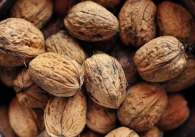 Грецкие орехи при грудном вскармливании: можно ли кормящей маме