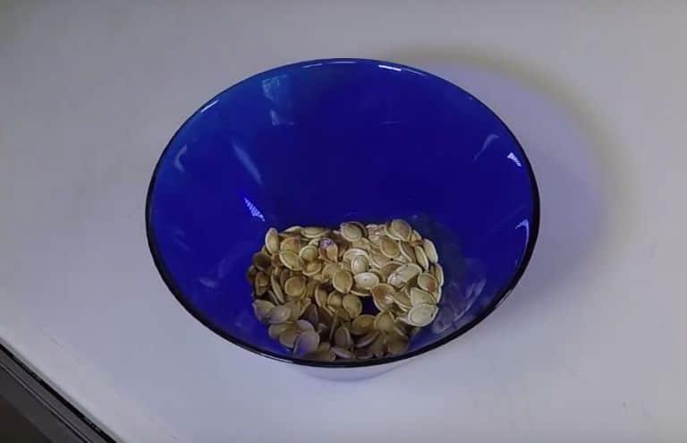 Как пожарить тыквенные семечки: нужно ли обжаривать, как правильно сушить, приготовить на сковороде, в микроволновке, в духовке, как высушить в домашних условиях?