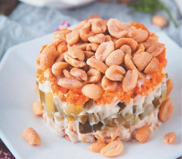 Салат с арахисом и авокадо