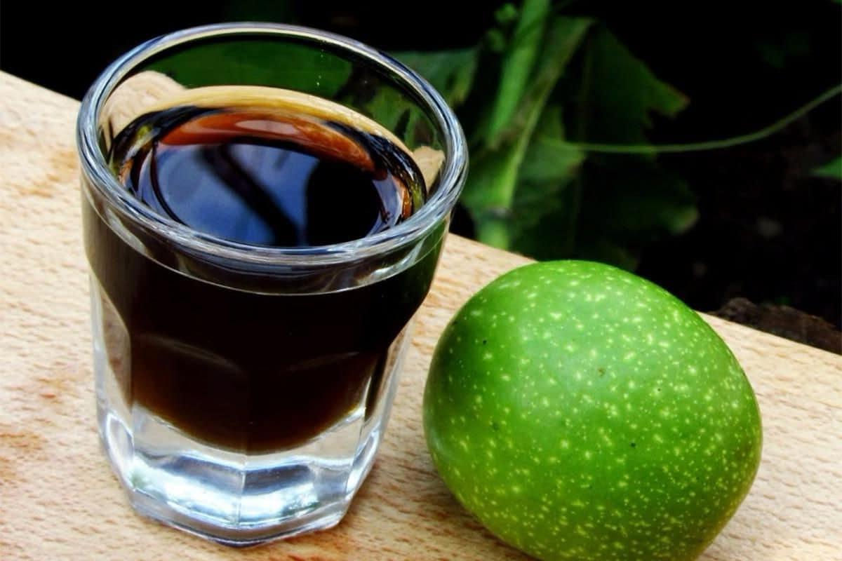 Настойка из зеленых грецких орехов на водке: лечебные свойства, противопоказания, применение, рецепты