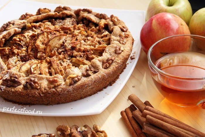 Творожный пирог с яблоком и орехами