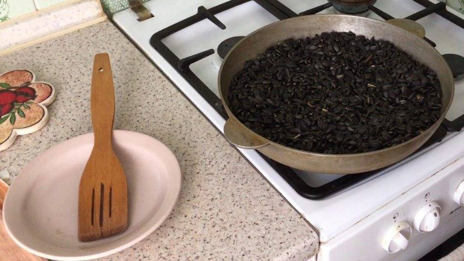 Как жарить семечки на сковороде с солью и в домашних условиях