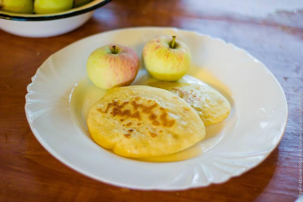 Коблер со сливами и яблоками
