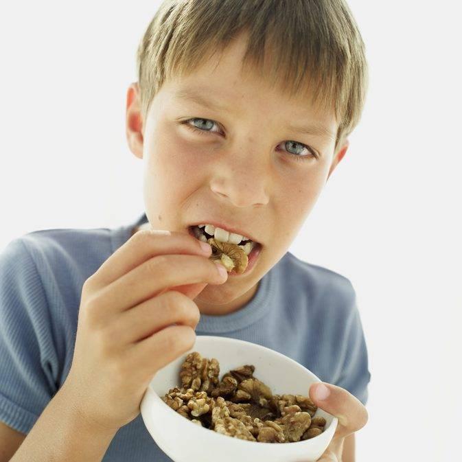Миндаль детям: можно ли давать малышам орех, со скольких лет, а также какое количество в день разрешено есть в данном возрасте?