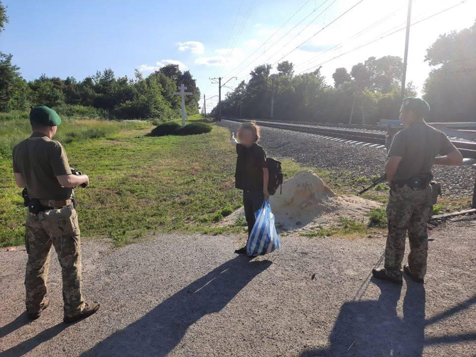 Как украинские и русские пограничники проводят туристов через закрытые границы