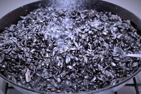 Как правильно и сколько нужно жарить семечки на сковороде с солью и без (подсолнечные, тыквенные)? — текстовая и видео инструкция