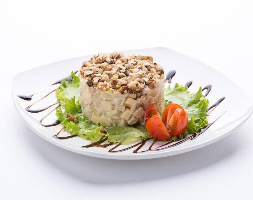 Салат с кедровыми орешками и курицей