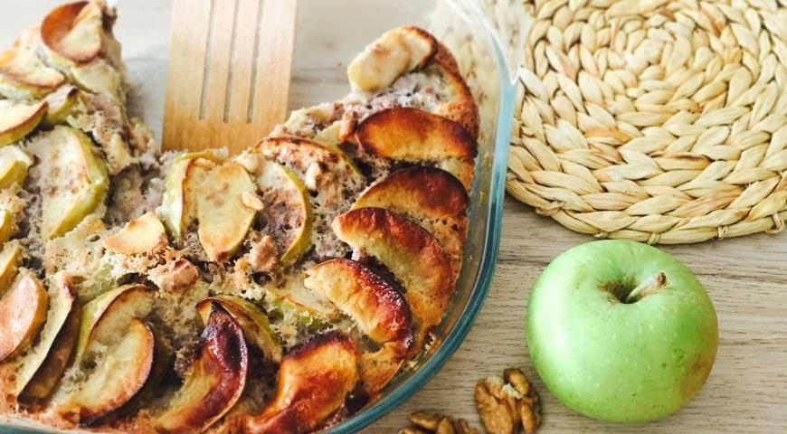 Яблочный пирог с изюмом и орехами – кулинарный рецепт