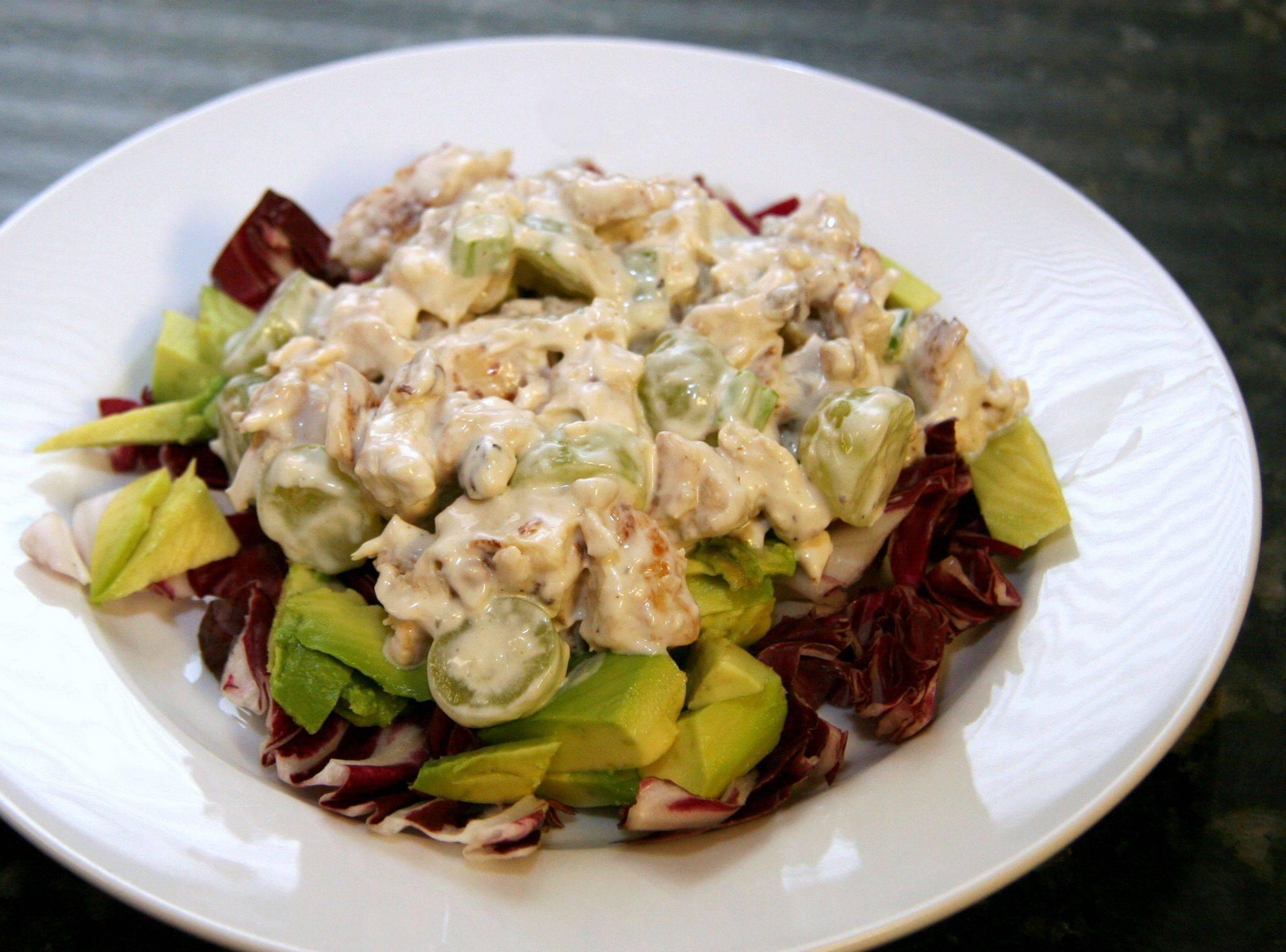 Салат с курицей и грецкими орехами