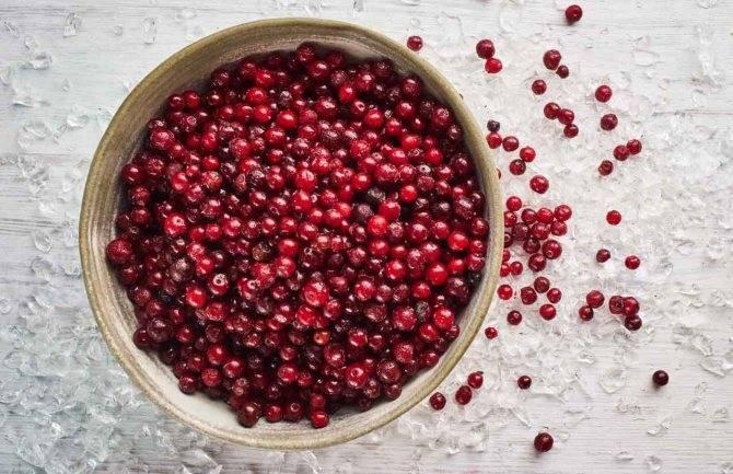Малина или земляника в соке красной смородины с сахаром