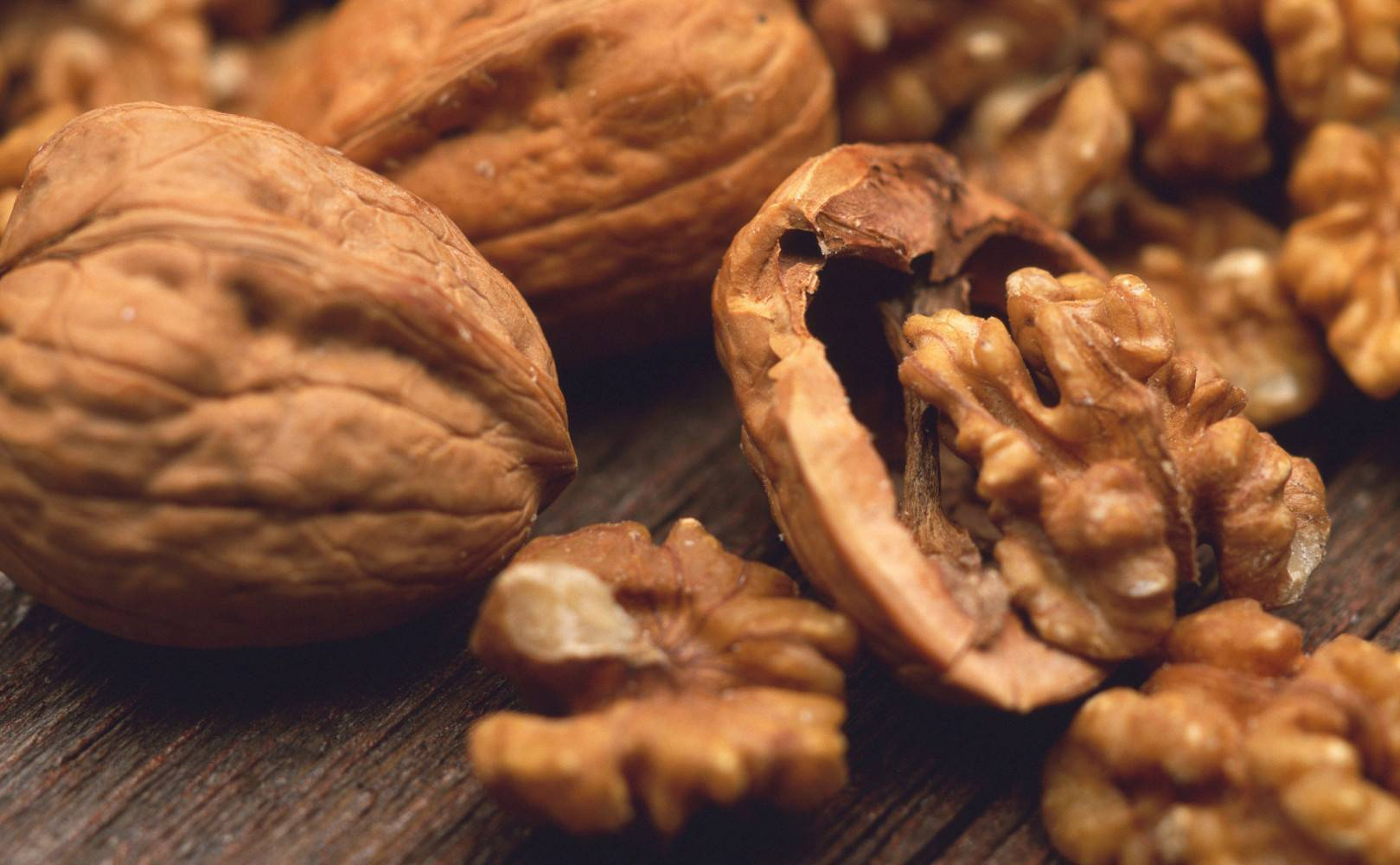 Грецкий орех с медом: рецепты для мужчин, польза и вред, чем полезны для потенции и при простатите, как употреблять правильно, отзывы