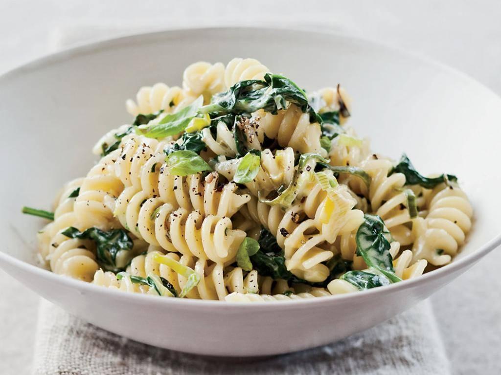 Паста с лососем, кедровыми орешками, чесноком и шпинатом – кулинарный рецепт