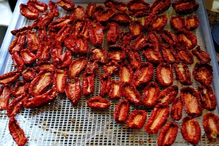 Вяленые помидоры в сушилке для овощей - хороший способ заготовить вкуснейшую закуску