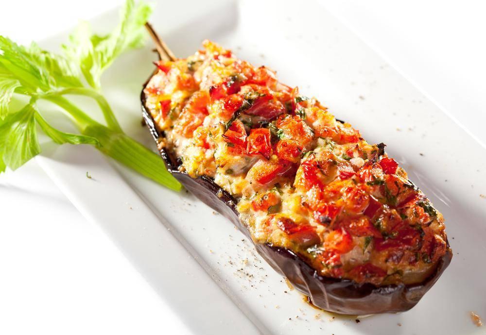 Фаршированные баклажаны лодочки с овощами в духовке с сыром