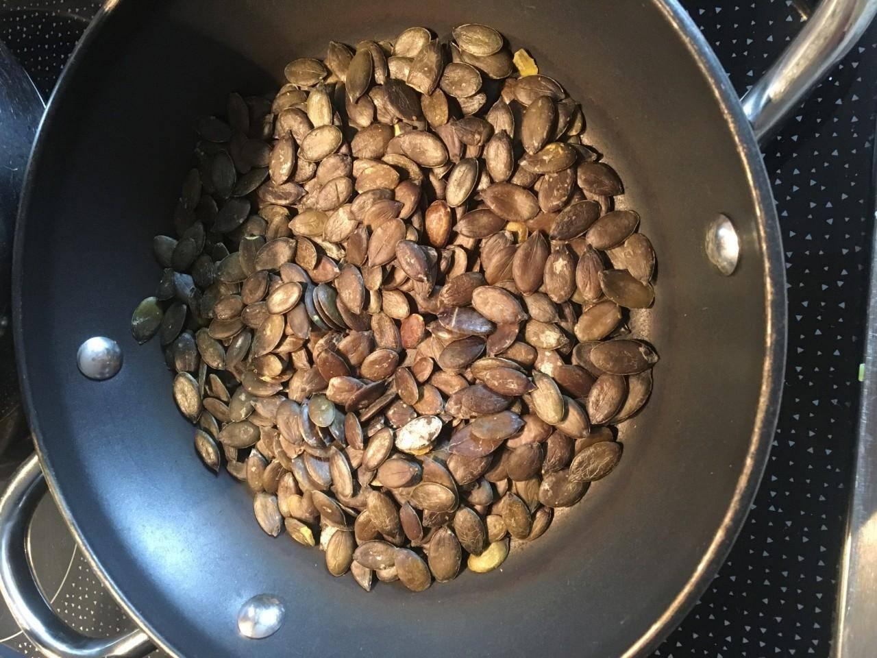 Как жарить семечки на сковороде, в микроволновке и в духовке - лучший огород