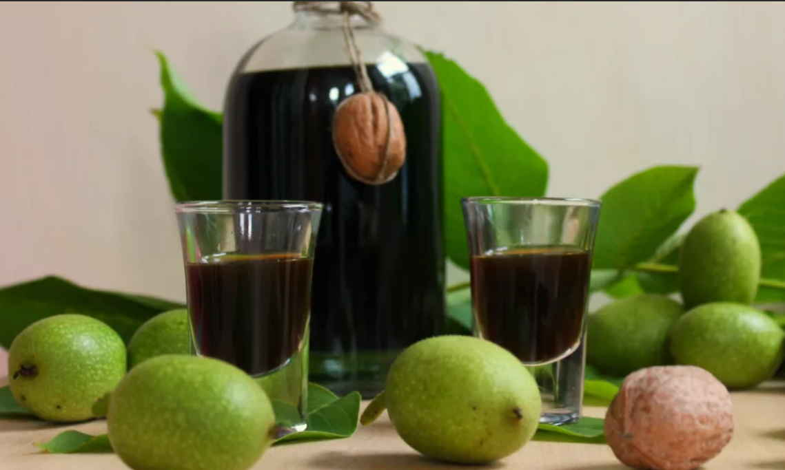 Настойка из зеленых грецких орехов на водке, спирту, самогоне, сахаре, меду, керосине – рецепт, применение