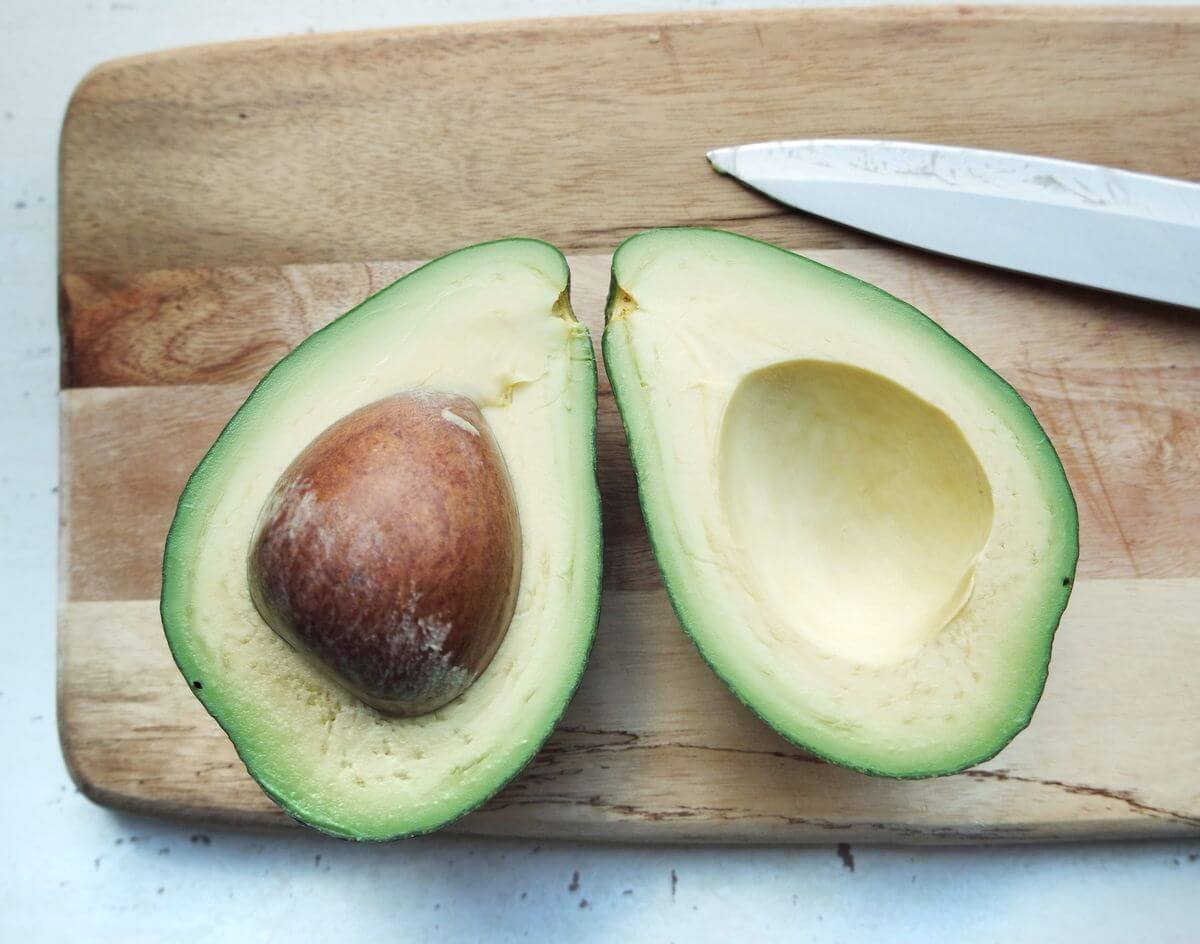 Косточка авокадо: можно ли ее есть, польза и вред, применение