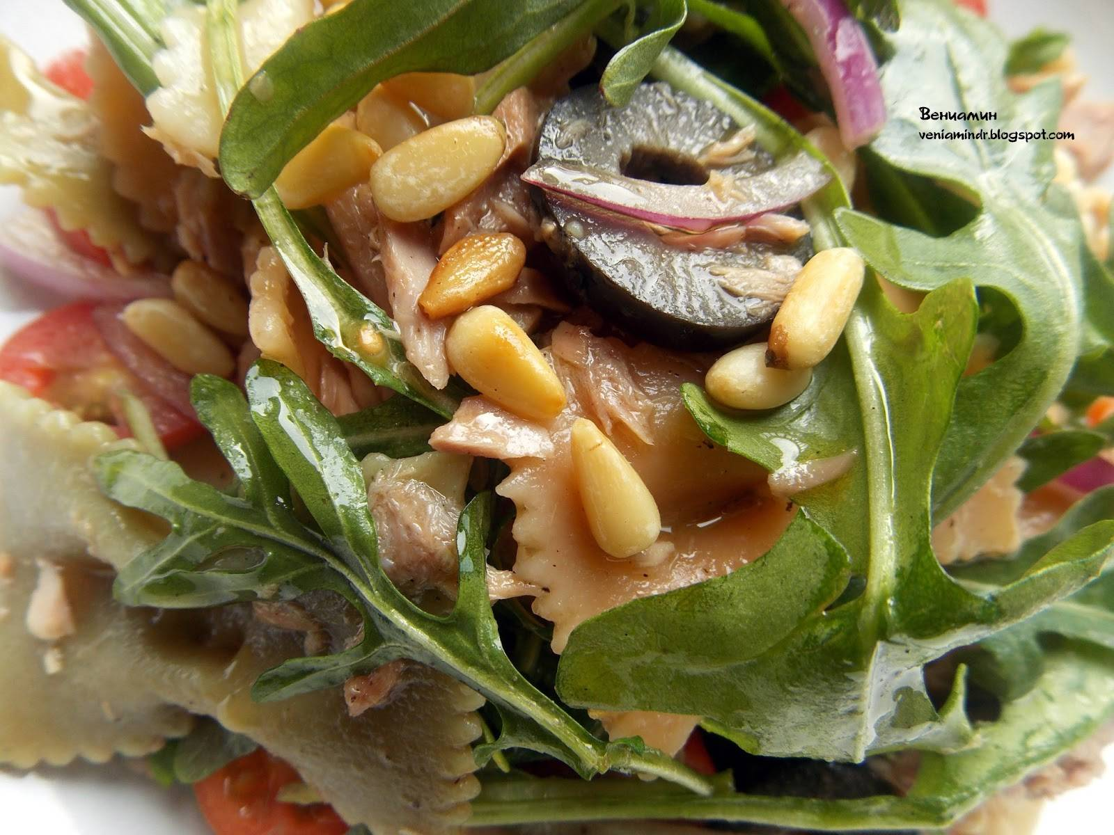Овощной салат с кедровыми орешками в корзинке – кулинарный рецепт