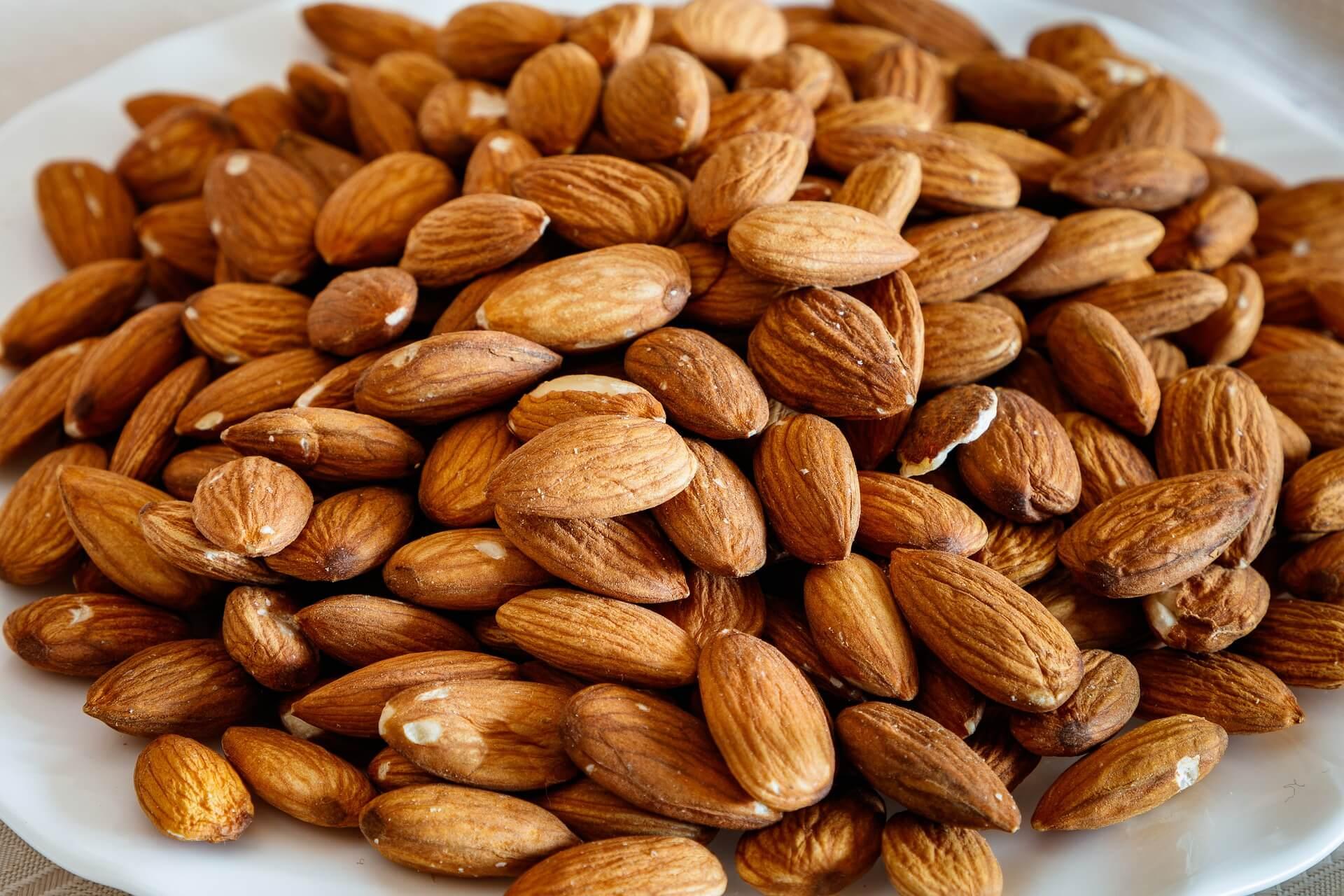 Несколько фактов о пользе и вреде ореха миндаль: полезные свойства и противопоказания