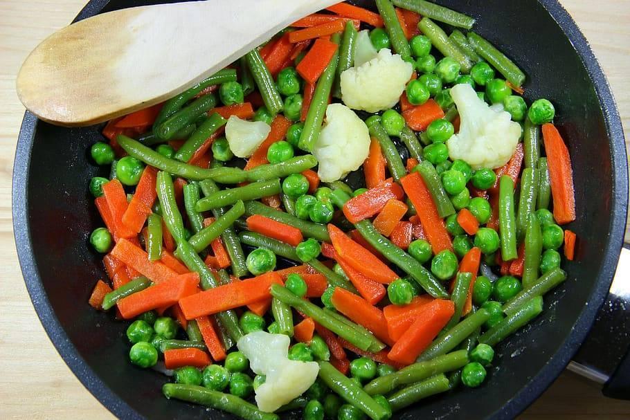 Цветная капуста с зеленой стручковой фасолью и зеленым маринованным горошком