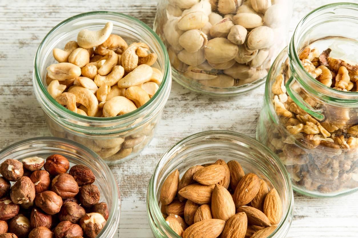 Орехи при запорах: грецкие, миндаль, кедровые, фундук