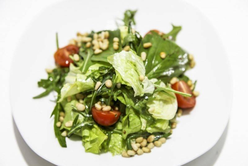 Рецепт: салаты с кедровыми орешками