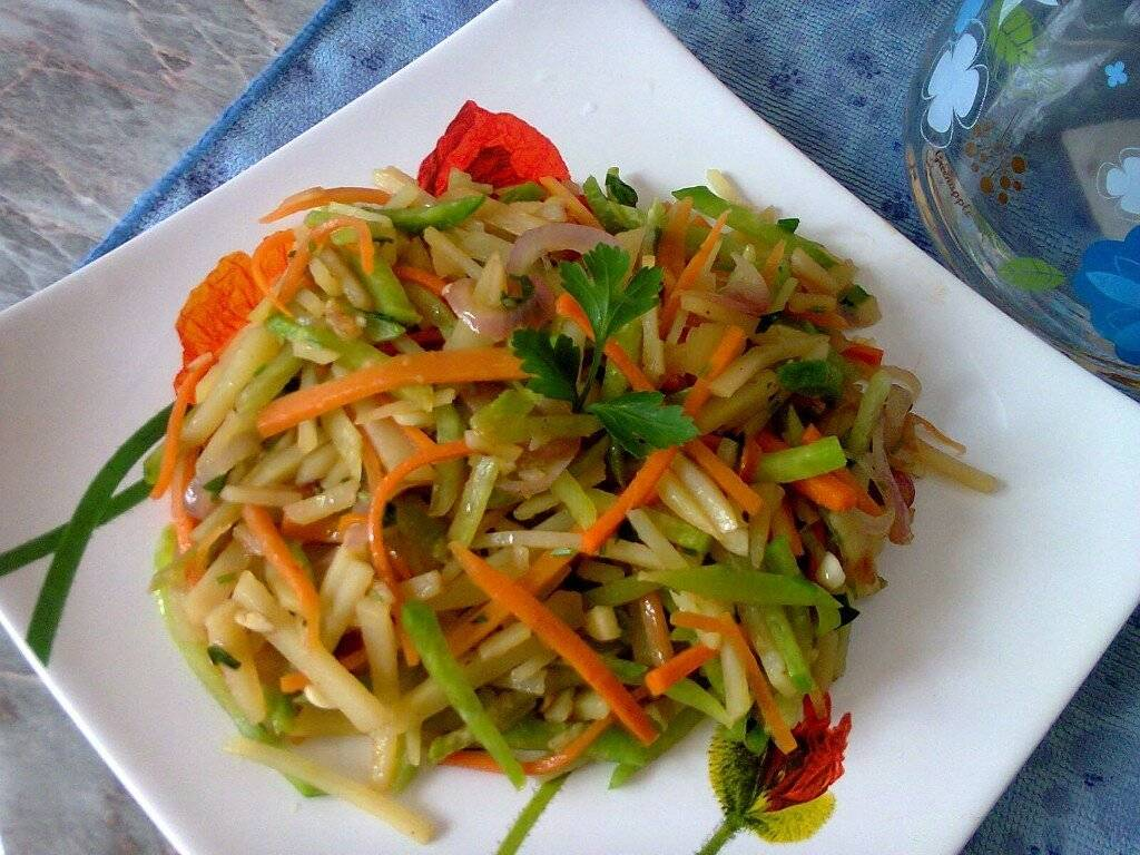 Салат из черной редьки с морковью, яйцами и луком