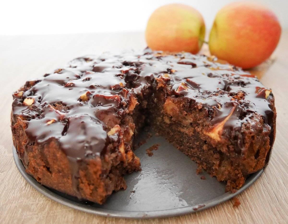 Пирог с яблоками, орехами и корицей